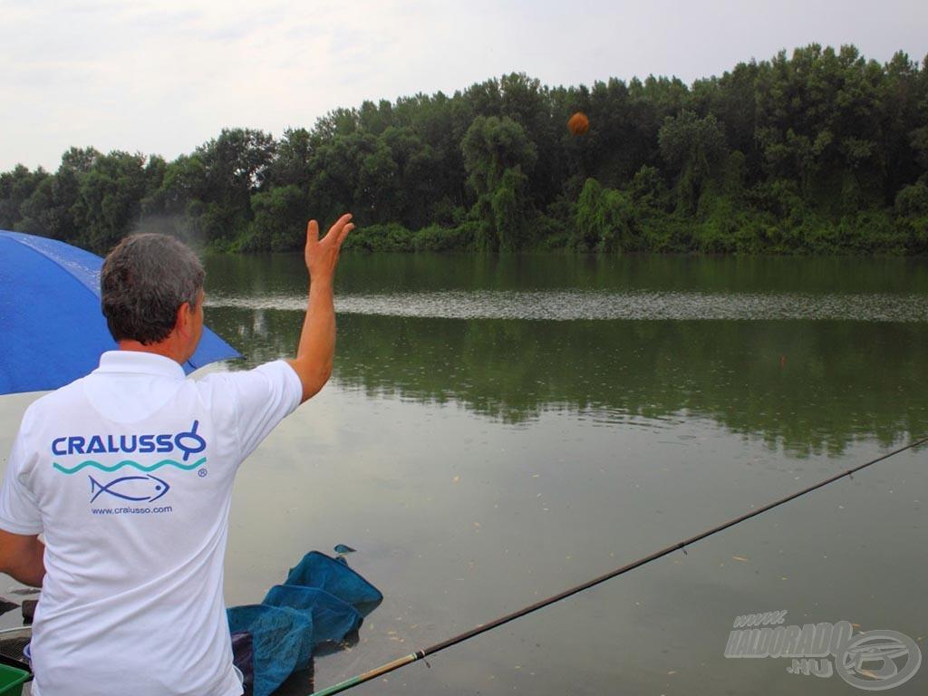 Az etetőgombócokat bolognai horgászatnál soha ne felfelé, hanem pár fokkal magunk alá dobjuk…