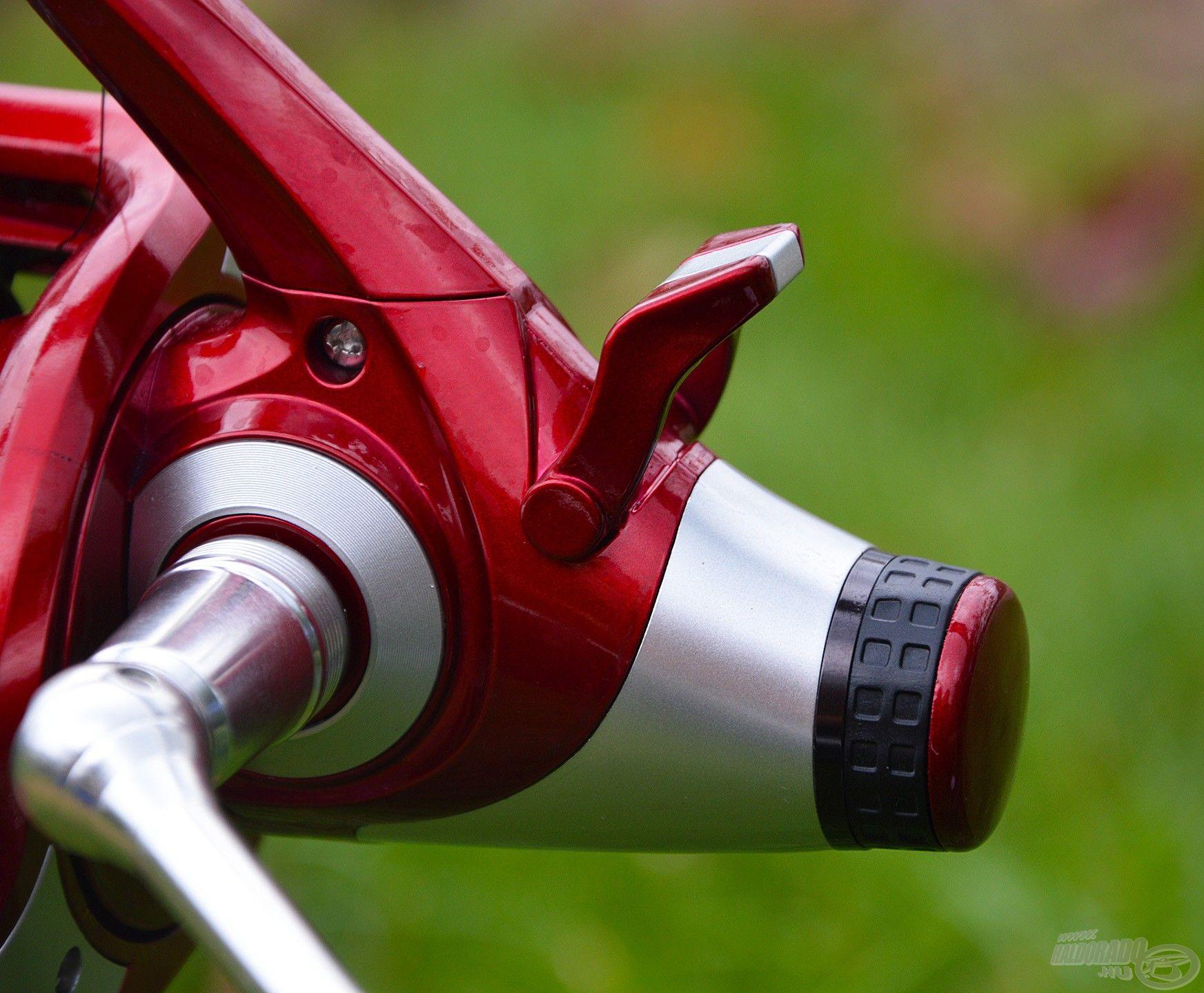 A nyeletőfék a hátul található billenő kapcsolóval aktiválható, erőssége pedig az alatta lévő tekerőgombbal szabályozható