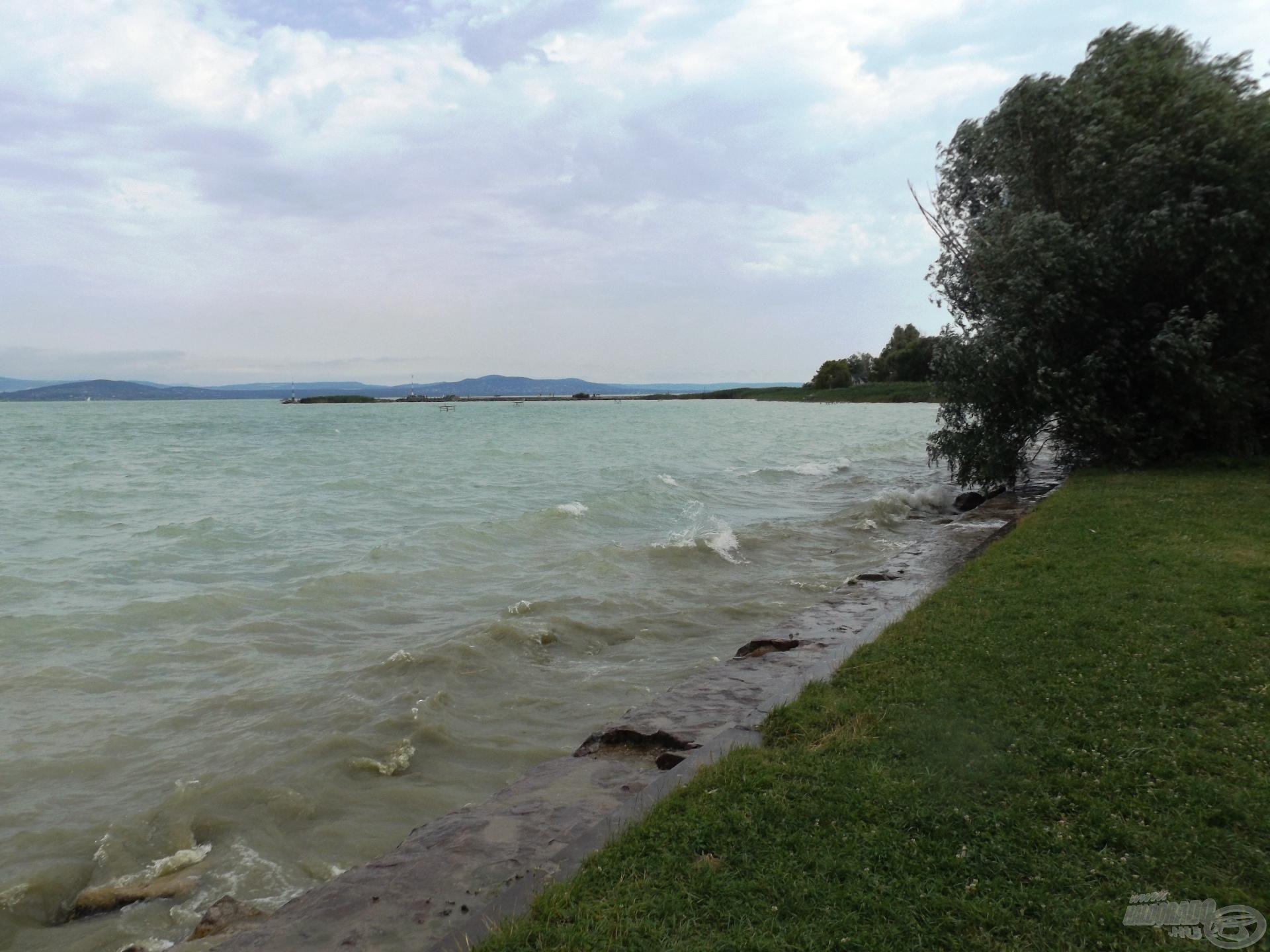 A kövezésen lehet majd horgászni (is), ha nem lesznek ilyen tajtékos hullámok!
