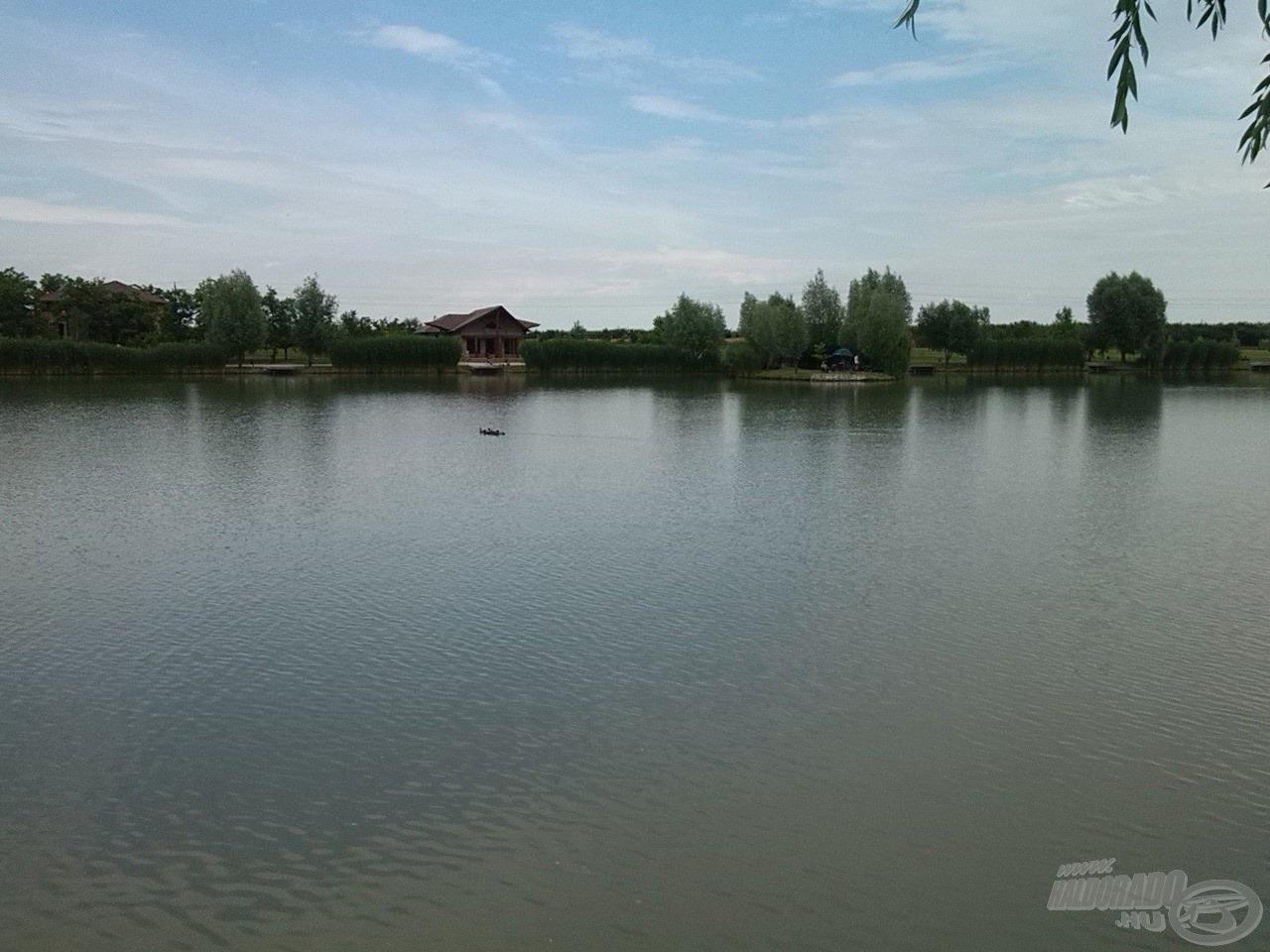 A tó közepén található egy félsziget