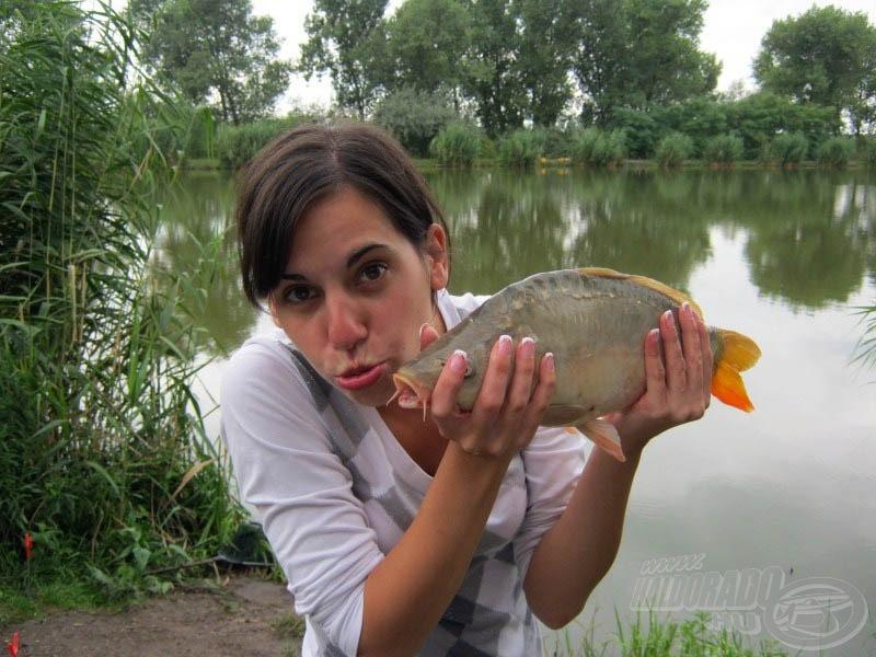 Amilyen jól süt, olyan jól horgászik, és még jobban szereti a halakat