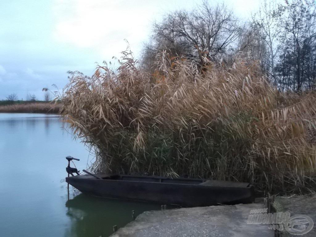 Minden horgászhelyhez tartozik egy csónak, amit mindenki használhat, aki váltott napijegyet