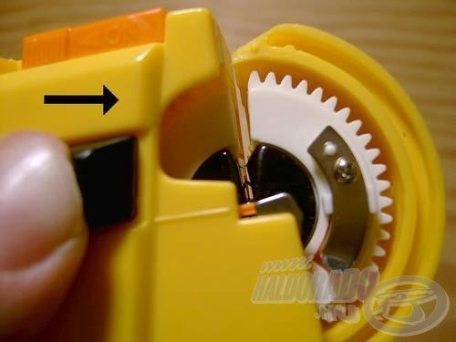 Ütközésig toljuk ki jobbra a gombot, addig, amíg a fekete tárcsa közepén meg nem látjuk a kis méretű, narancssárga műanyag kart