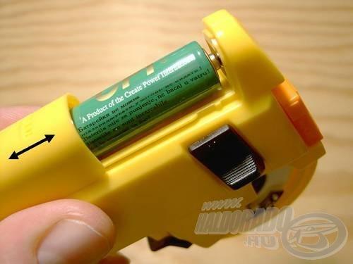 Használat előtt toljuk le a fedelet és helyezzünk bele 1 db 1,5 V-os ceruzaelemet, a + jelzéssel felfelé