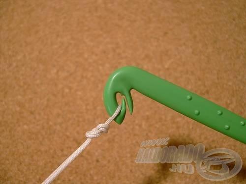 Fordítsuk fejével lefelé a kötőt, így automatikusan lecsúszik a kötés az öbölből
