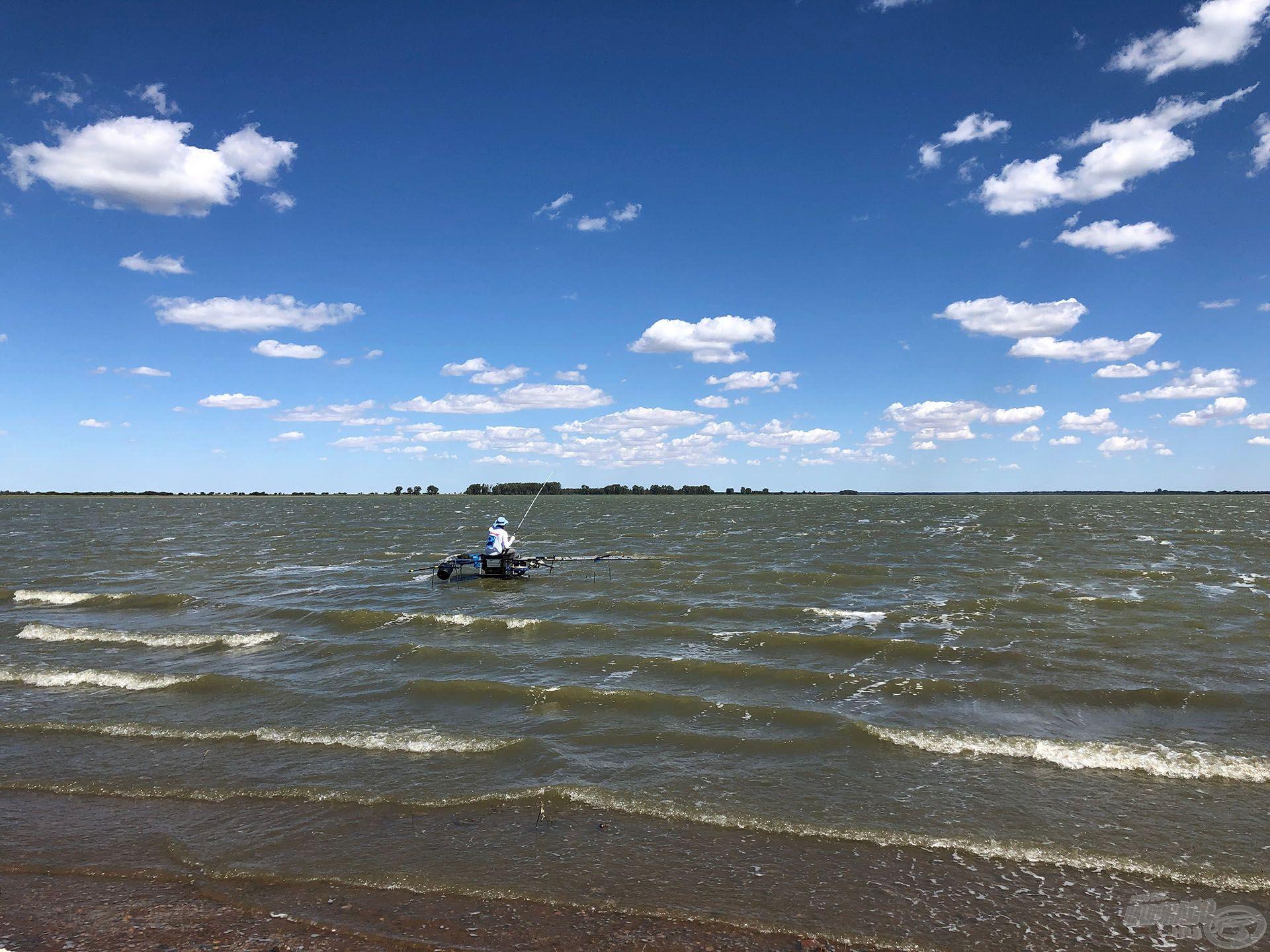 Nekünk és stratégiánknak az kedvezett, amikor viharos erejű szembeszélben horgászhattunk, ekkor élénkült fel a partszéli horgászat