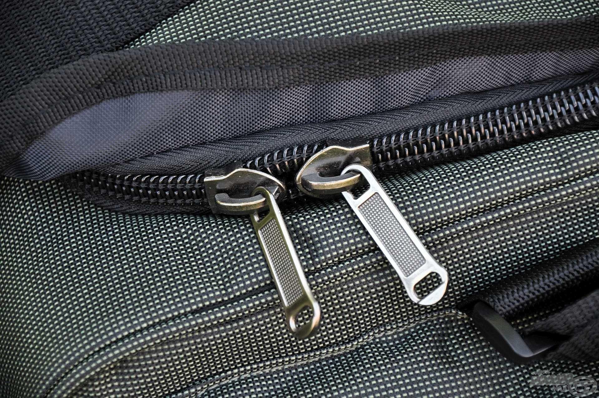 Erős, strapabíró cipzárak kerültek a táskára, melyeket egy-egy diszkrét perem alá rejthetünk