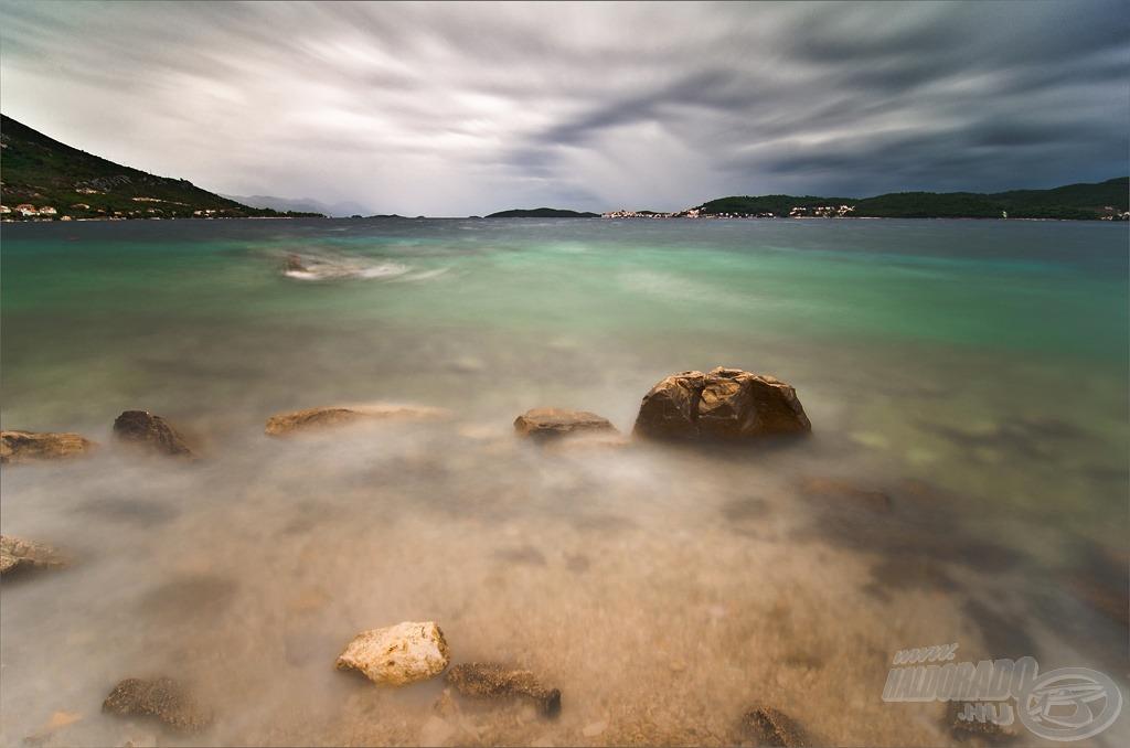 Sziklák a vízben (a fotó ND1000 szűrővel készült 30 mp expozíciós idővel)