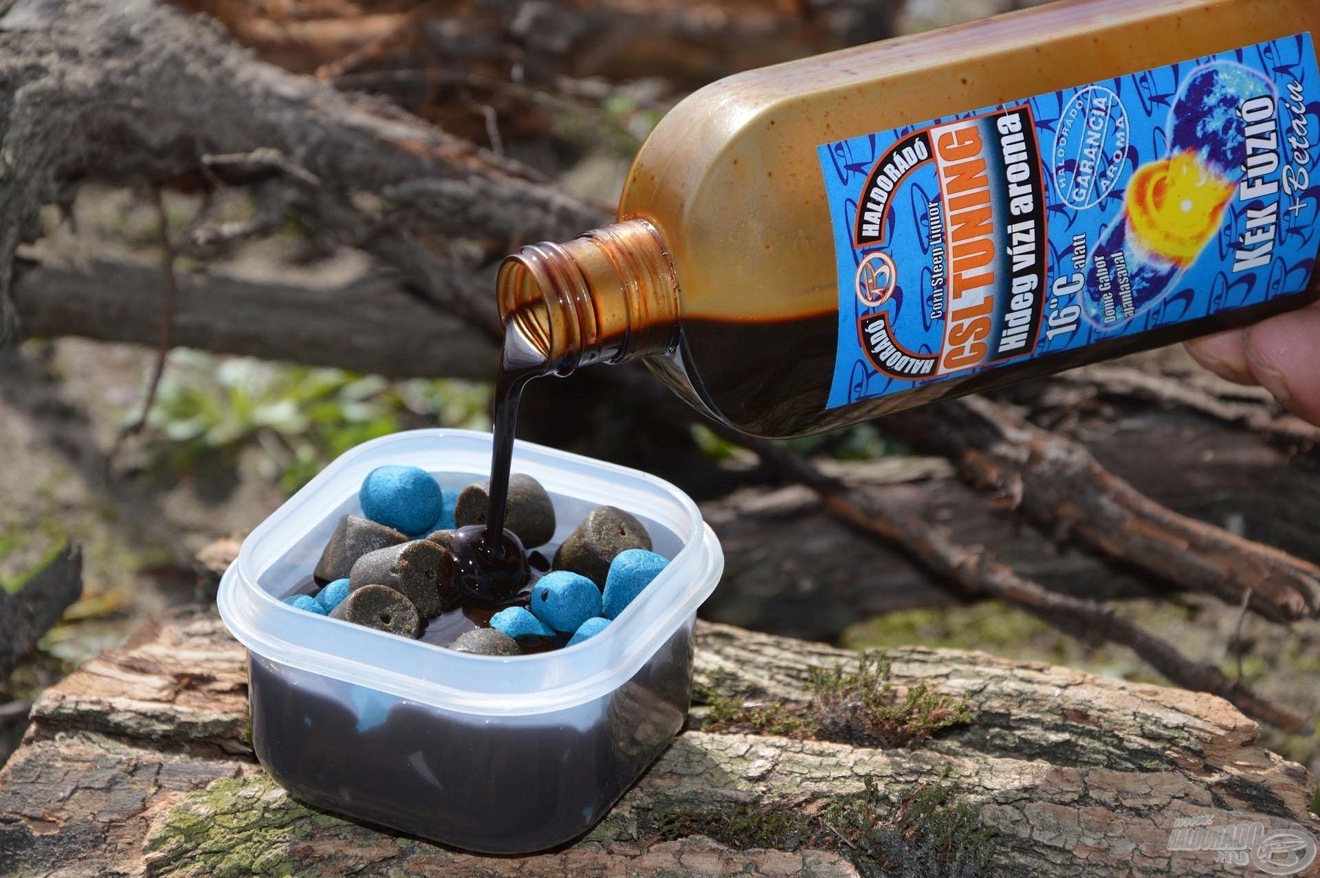 Ezeket egy külön dobozkába téve egységesen áztatom némi Kék Fúzió CSL Tuning aromába. Érdemes ezt már a horgászat előtt pár nappal elkészíteni, hogy a pellet szemek minél jobban magukba tudják szívni a csábító aromát!