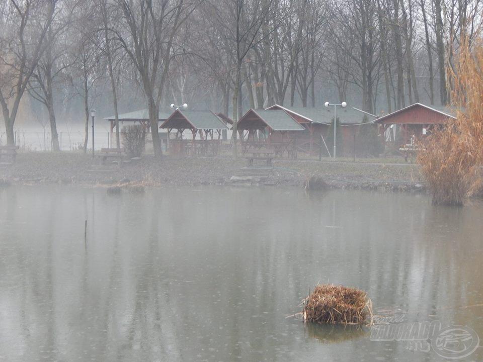 Hideg, ködös, esős időben is bátran ellátogathatunk ide horgászni, ugyanis összkomfortos faházak várják a horgászni vágyókat…