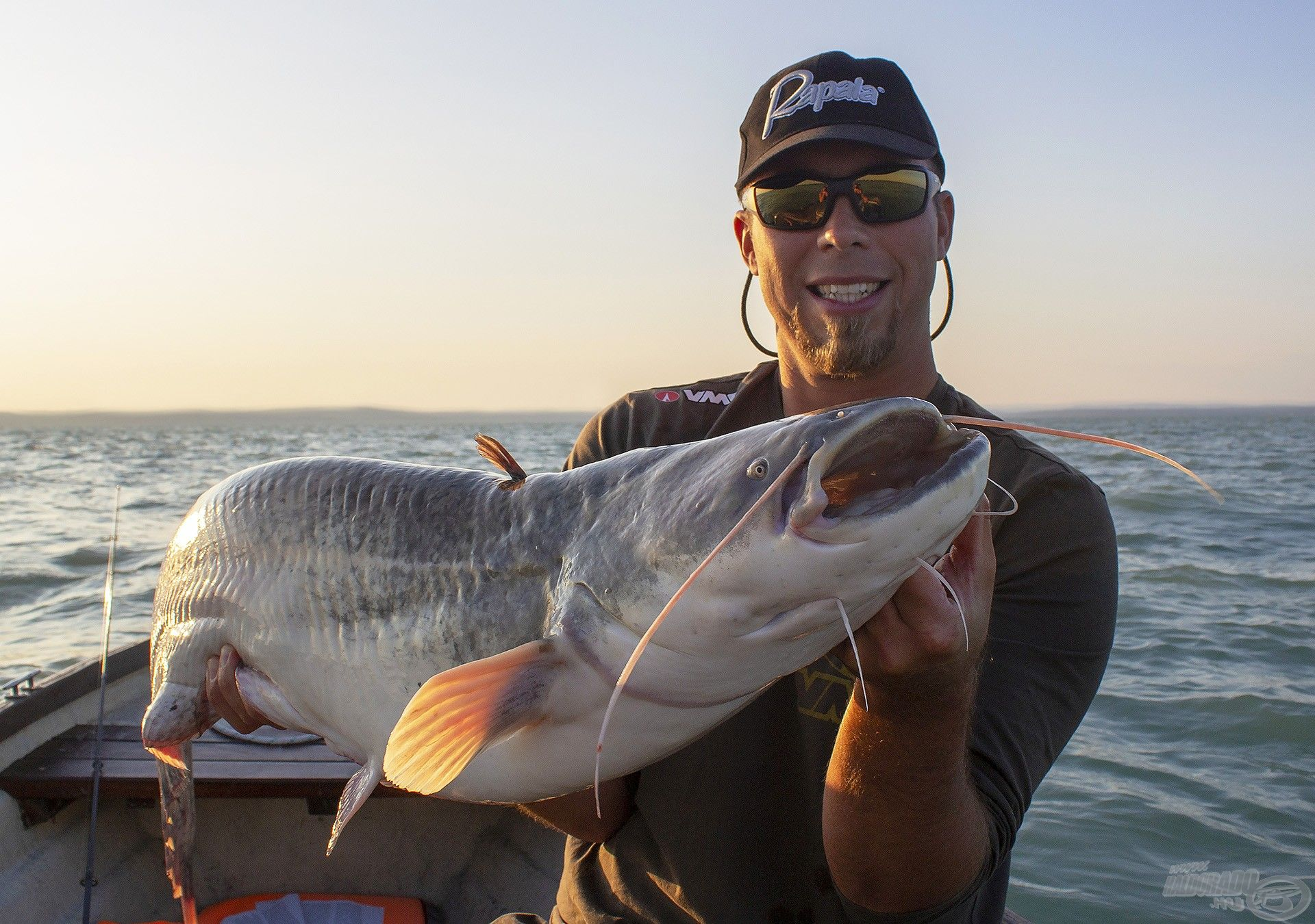 Nagy Gábor balatoni pergető horgász, akinek a vízzel és a halakkal való napi kapcsolat nemcsak a hobbiját, hanem a hivatását is jelenti. Kedvencei a balinok, a fogasok és a csukák, de bármely ragadozóra szívesen perget