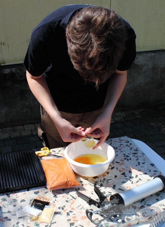 1 kg-nyi mixhez 12 tojást javasol a gyártó. Mivel az M3 2 x 0,5 kg-ból áll, így 6-6 tojásra volt szükség