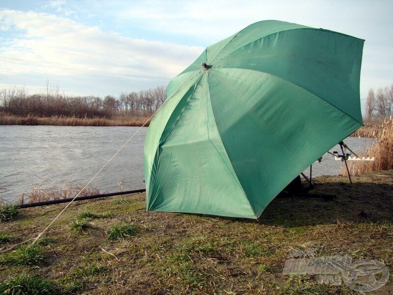 Az eső elállt, de a viharos szél ellen is nagyon hasznos az ernyő, persze csak így lekötve marad a helyén