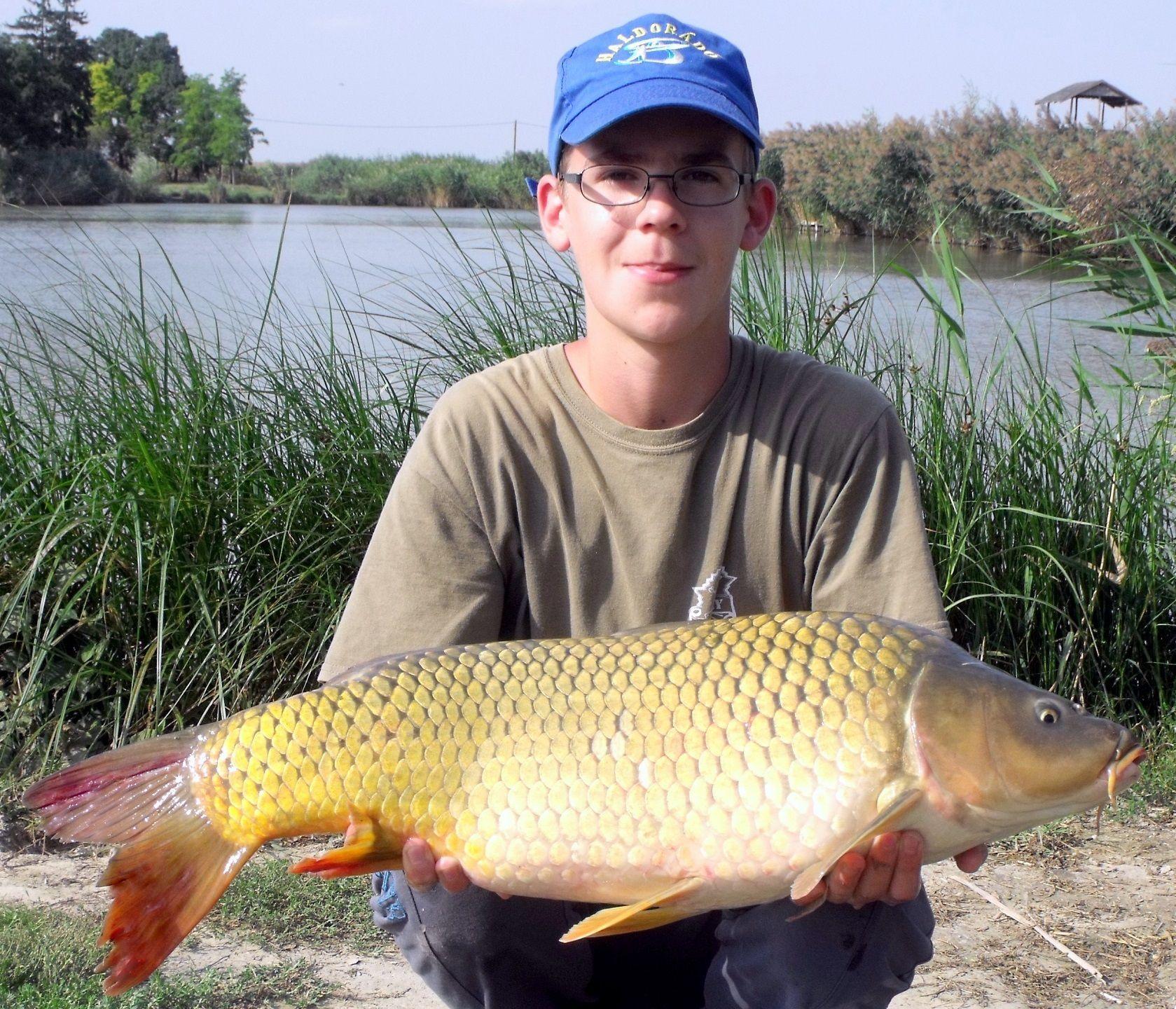 Első közös horgászatunkon máris egy pompás hallal büszkélkedhetett, melyet nem akármilyen körülmények között sikerült végül megfognia
