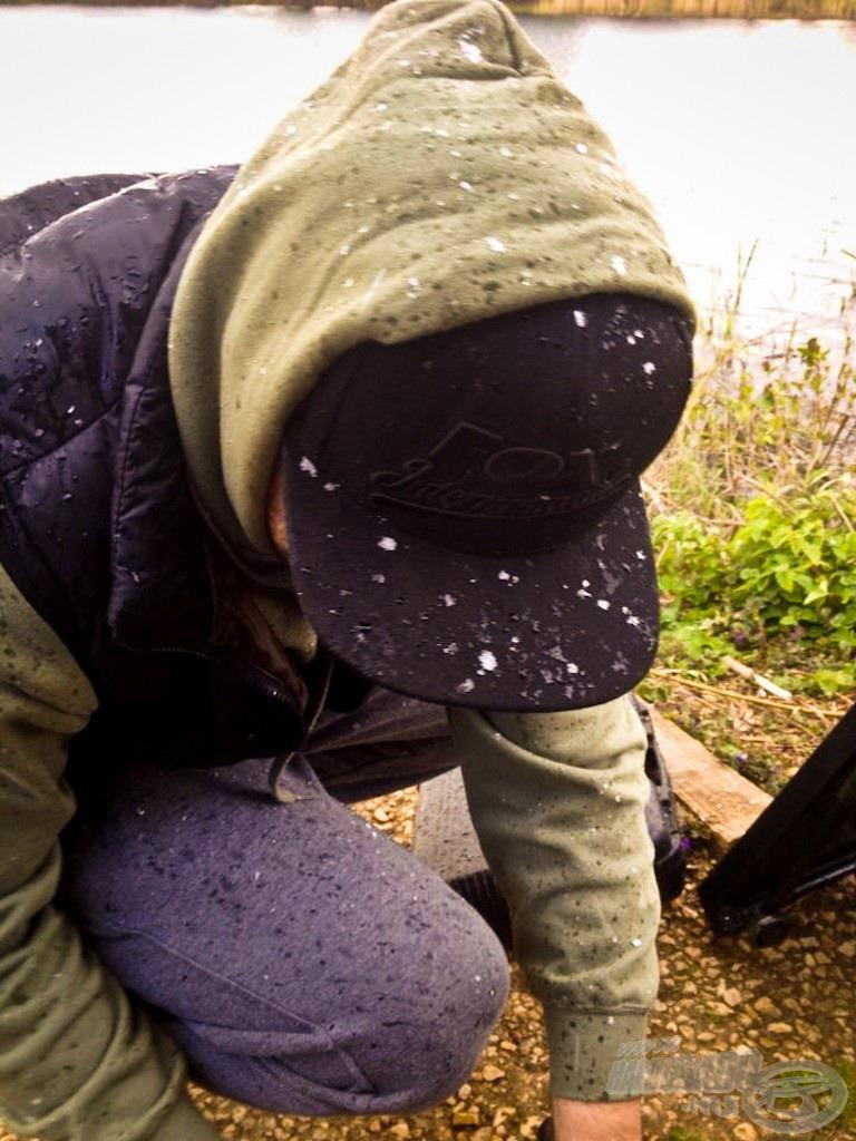 Tomi sapkáján gyülekeznek a hópelyhek…