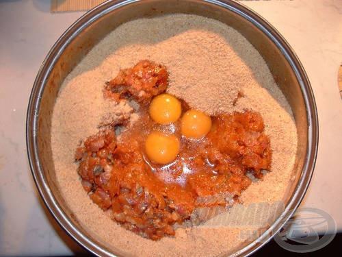 A ledarált masszát összekeverjük egy kevés zsemlemorzsával, és a tojásokkal