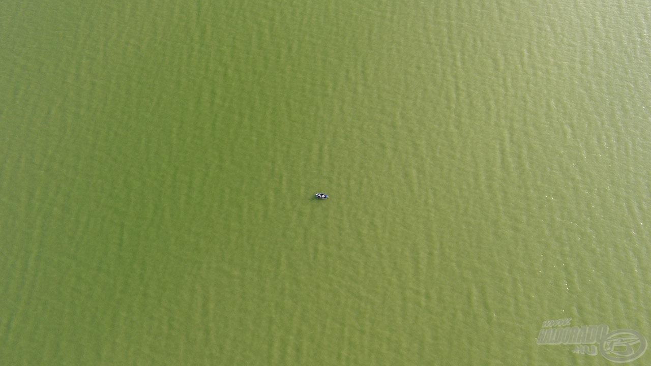 Csónakunk csak egy aprócska foltnak látszik a végeláthatatlan vízfelszínen