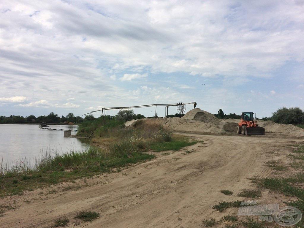 A tó mögötti területen a mai napig aktívan zajlik a homokbányászat