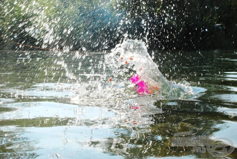 … így a vízbe ütközés pillanatában megbízhatóan nyílik az eszköz