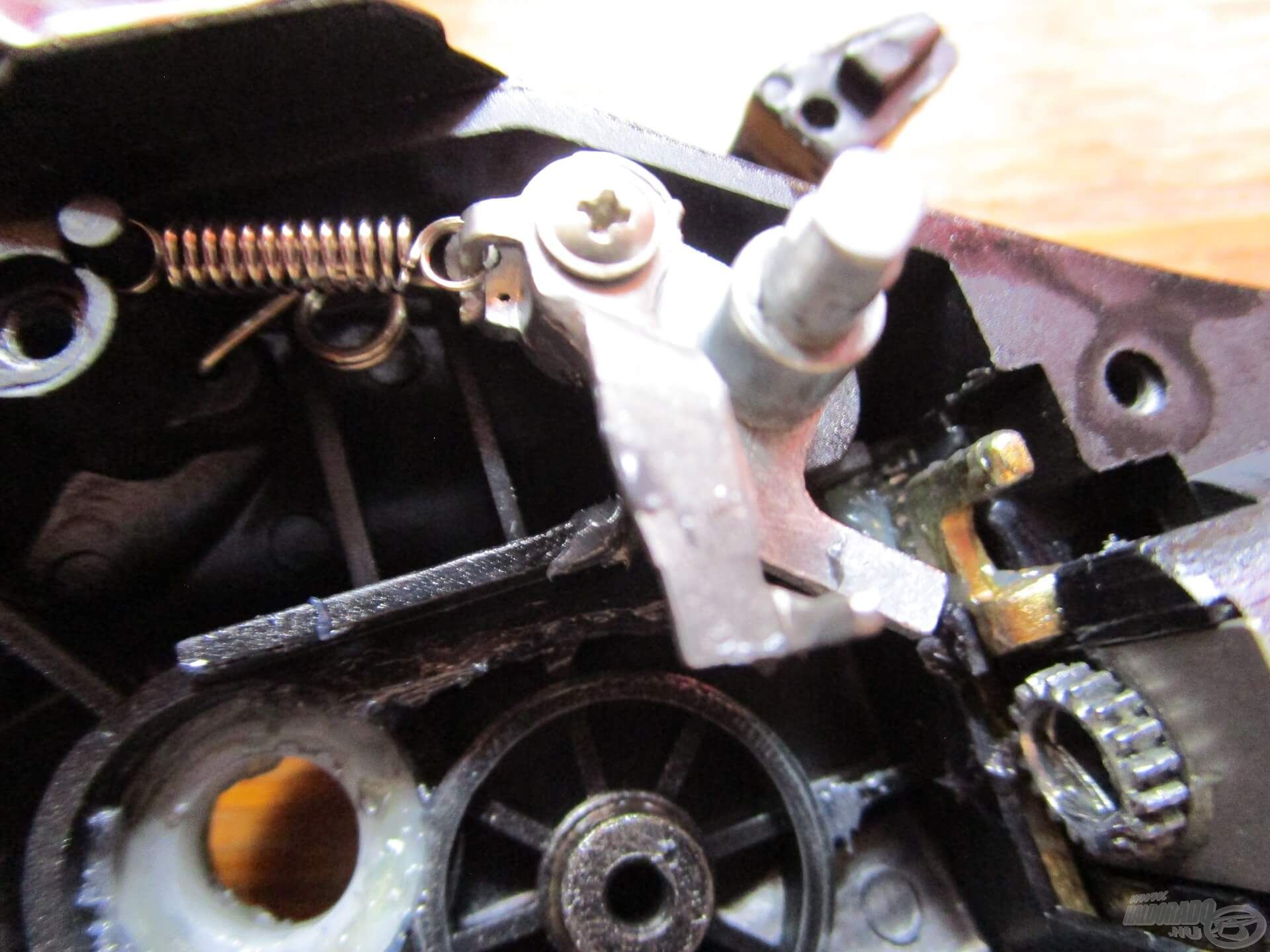 A nyeletőfék kapcsolójába egy erős torziós rugót építenek, hogy jól bírja az ide-oda csattogtatást