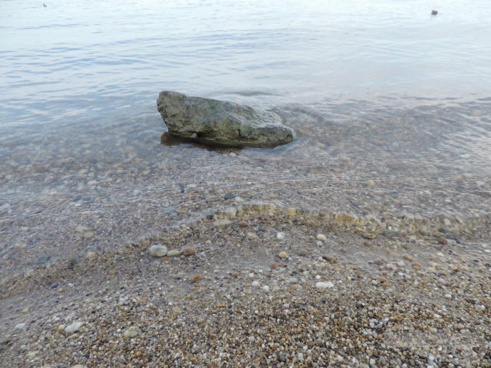 Egy magányos kő töri meg a hullámokat
