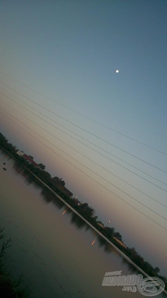 Ez a csodálatos kép fogadott reggel. A Hold volt az uralkodó égitest, a Napnak még nyoma sem volt. Már csak az ilyen képekért is érdemes hajnalban menni horgászni