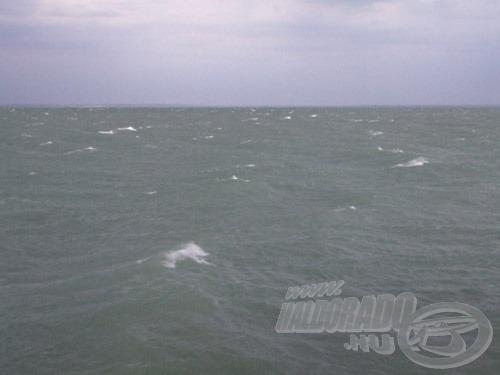 … de erős és állandó szélnél gyorsan megjelennek a teljes vízfelületen