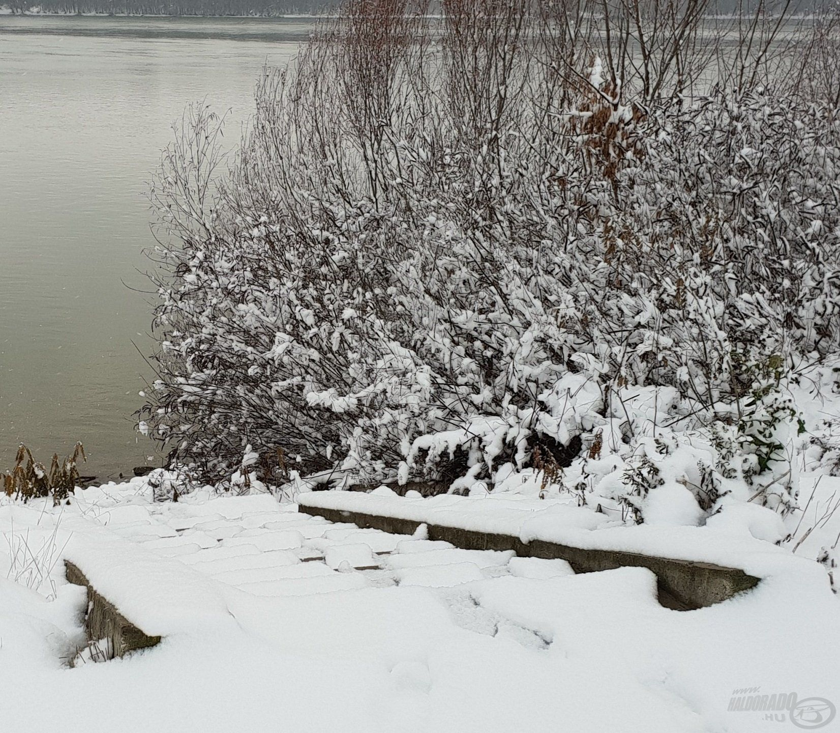 A havas, jeges, meredek lépcsőkön is nagyon óvatosan közlekedjünk!