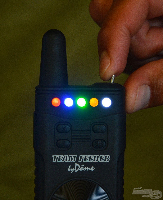 Ezt a pöcköt oldalra eltolva felvillan az elöl lévő komplett LED sor, illetve egy hangjelzés mutatja számunkra, hogy bekapcsolt a készülék