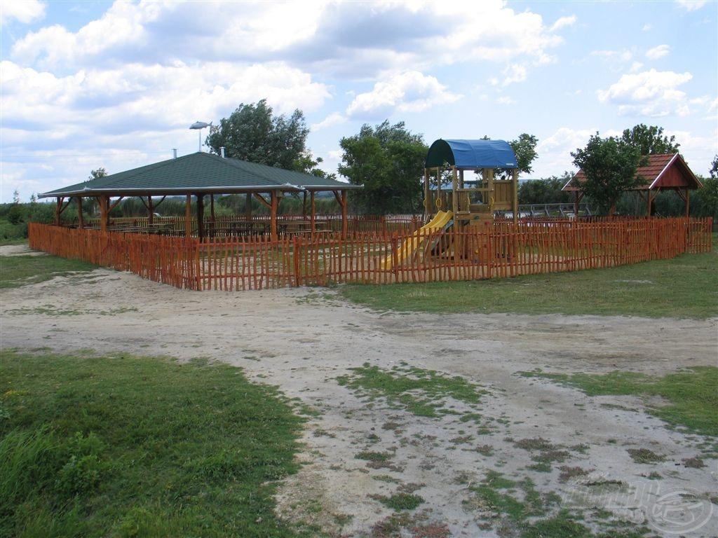 A nagy filagória és a játszótér - a kerítés a vadludak bejárását akadályozza, kapui természetesen mindenki előtt nyitva állnak