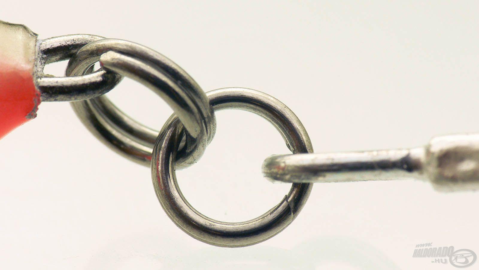 Megnyugtató biztosíték, hogy a wobbler testében végig van vezetve a fémszál, és hogy a horog erősített, dupla kulcskarikával rögzül a csalihoz