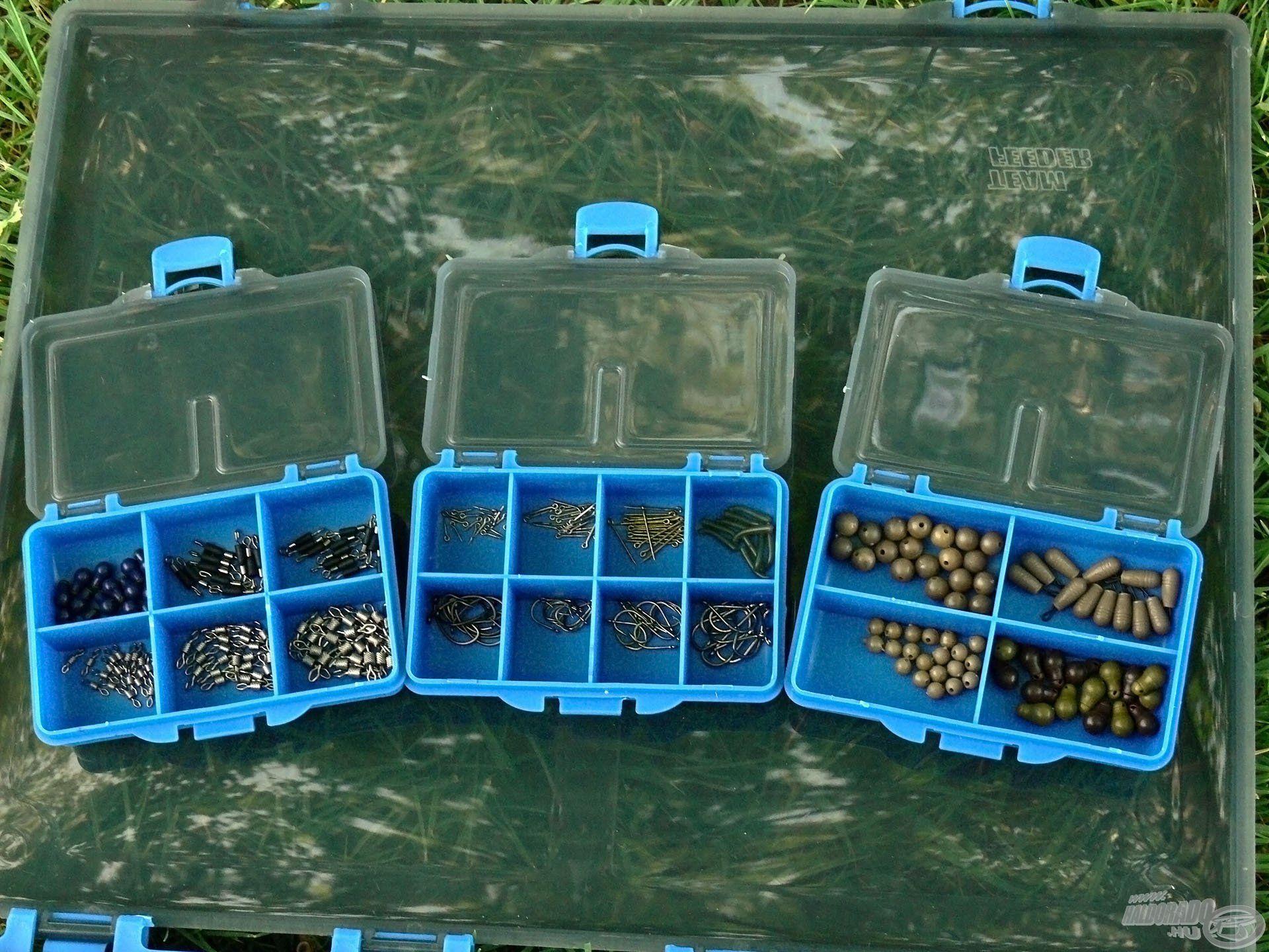 A nagy tárolódoboz mellett a készletben található 3 db kis dobozka is az aprócikkek számára