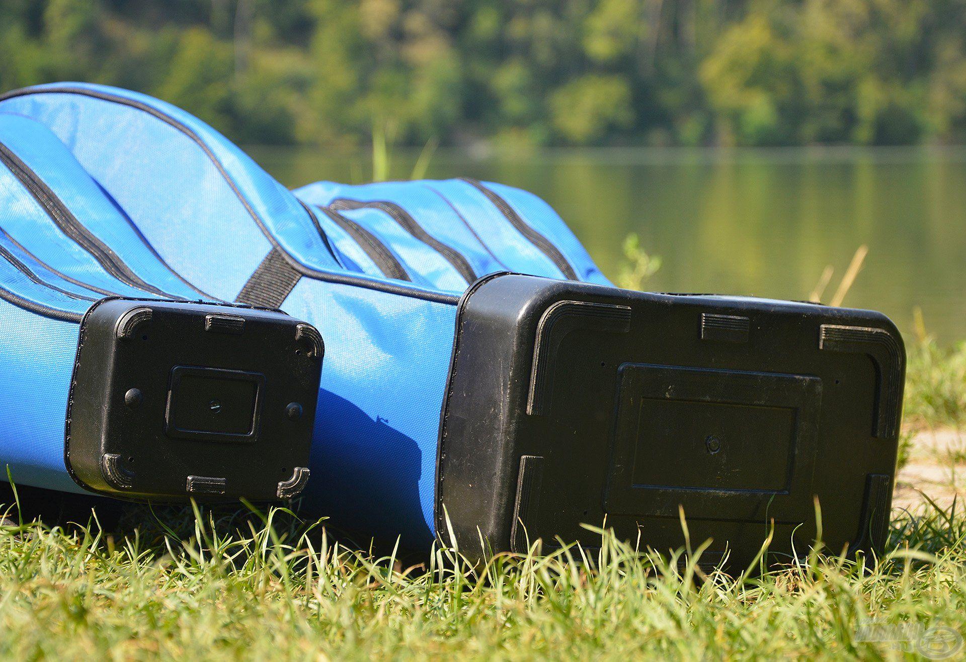 Szintén a strapabíróságot és a biztonságot szolgálja a kemény, műanyag talp, mely nem utolsósorban könnyebben tisztítható is