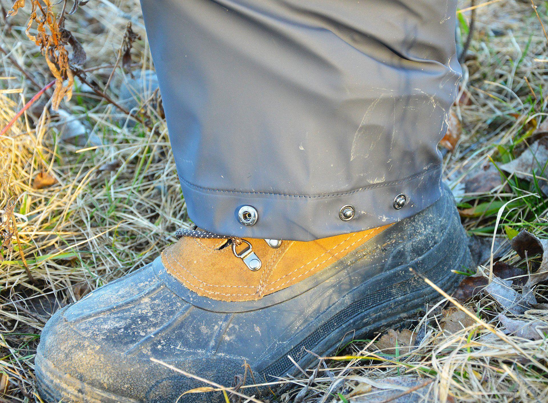A nadrág szára nagyon bő, így könnyen rámegy a gumicsizma szárára vagy akár a nagyobb méretű bakancsokra is