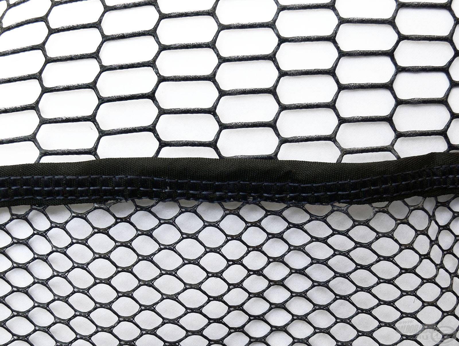 A merítőfej hálójának oldalfala közepesen sűrű lyukbőségű, míg az alsó része praktikusan ettől sűrűbb szövéssel rendelkezik.
