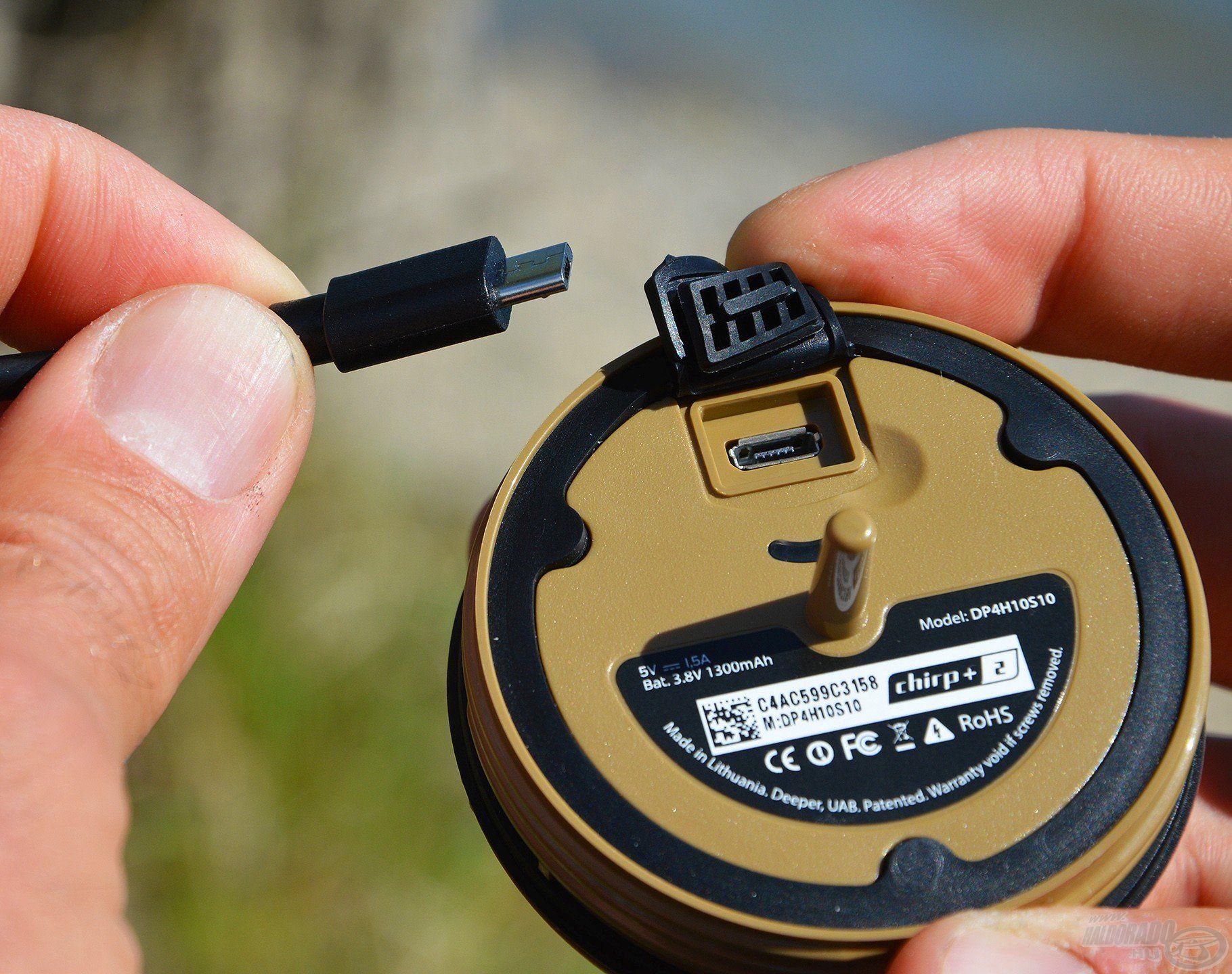 A radarhoz tartozó micro USB csatlakozó kábellel egyszerűen tölthető
