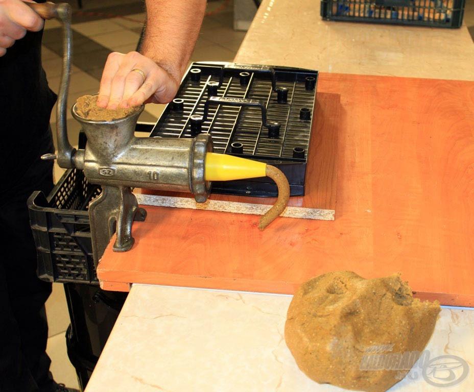 Miután néhány percig állni hagytátok egy tasakban a masszát, akcióba léphet az átalakított húsdaráló!