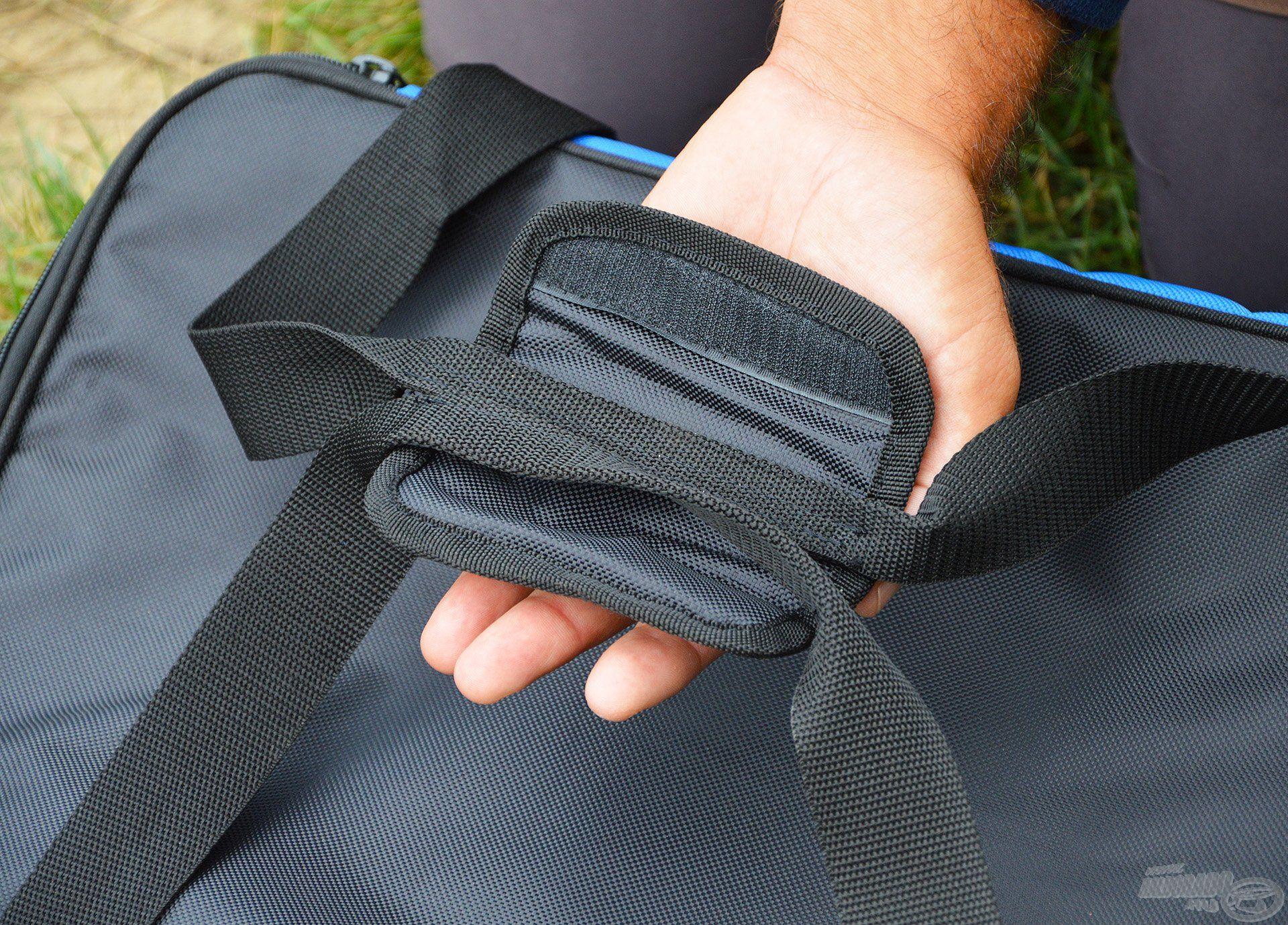 A táska fogantyúja párnázott, így nem vágja be a kezünket akkor sem, ha nehezebb cuccokkal pakoljuk meg a főrekeszt