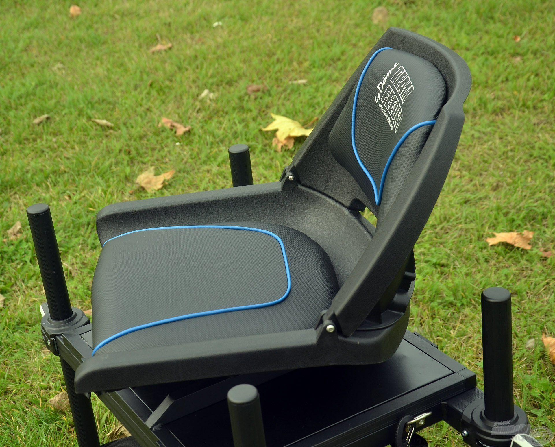 Kényelmes, forgós, puha ülőfelülettel + a derekat optimális helyen megtámasztó háttámlával rendelkezik