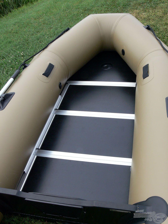 A csónakhoz jár egy több elemből álló műanyag padló…