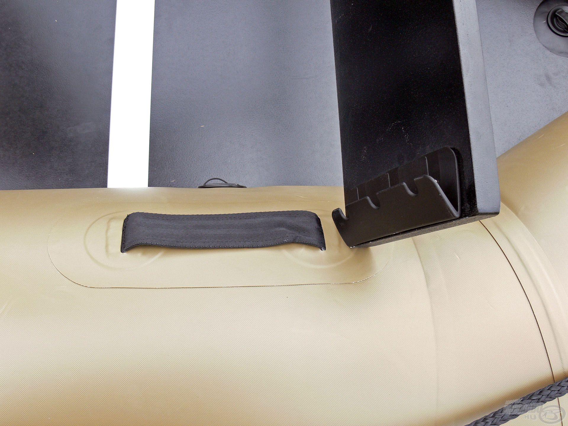 A csónakhoz jár 1 db pad, melyet az erre kialakított gumírozott fülbe lehet beakasztani