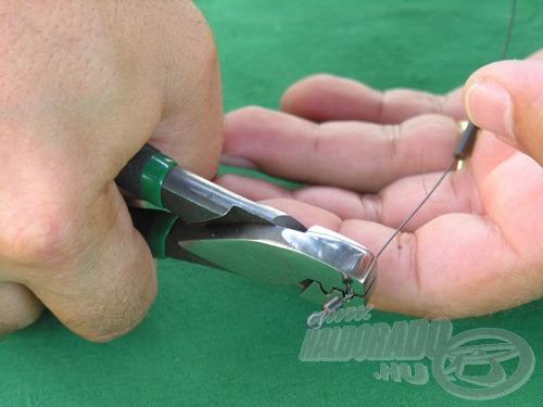 A fogóval véglegesen rögzítjük a crimpet