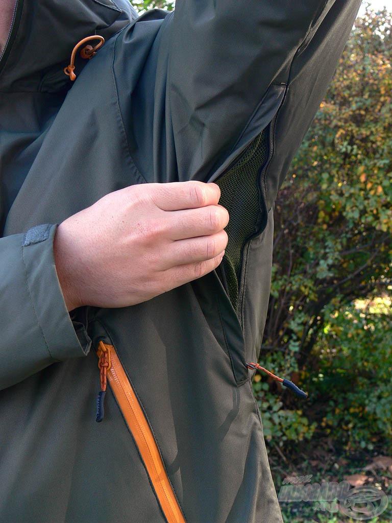 A gyártó kiemelt figyelmet fordított a kabát szellőzőrendszerére is. A kellemetlen izzadás biztos elkerülése érdekében egy-egy zárható, hálós szellőző zsebet helyezett el a hónaljaknál