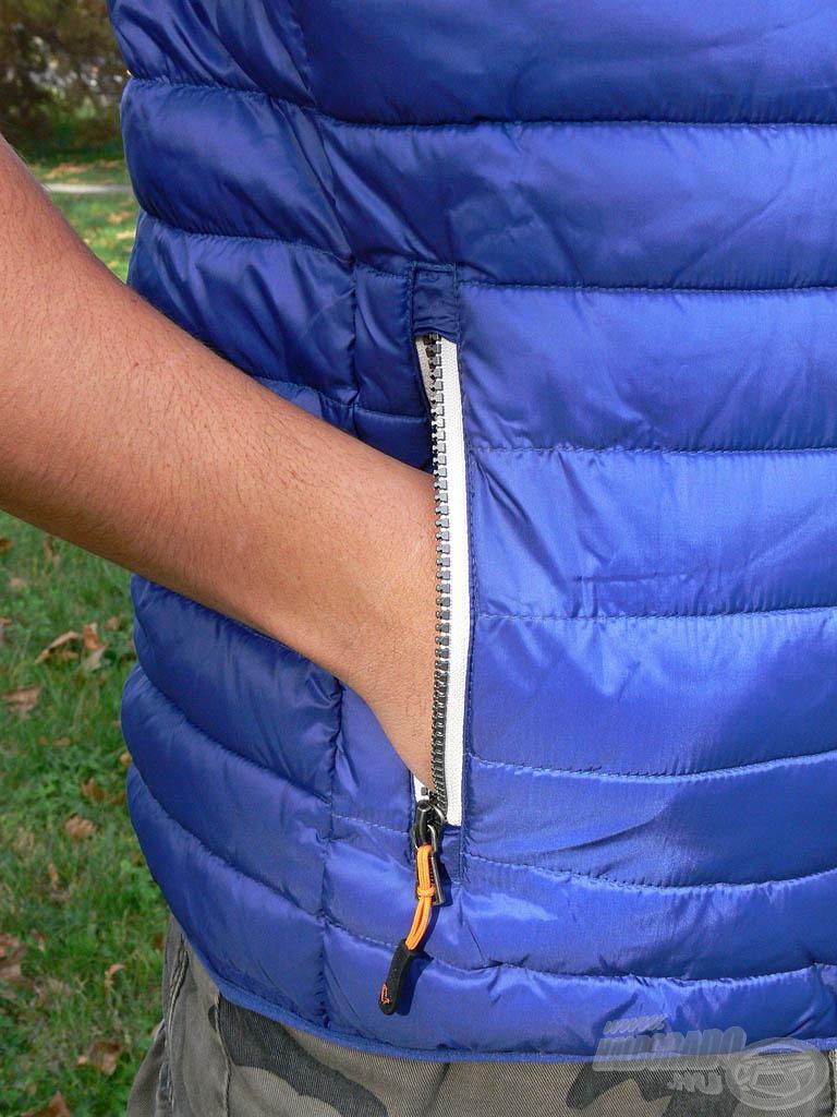 … valamint 2 db tágas zárható zseb található a ruha oldalain