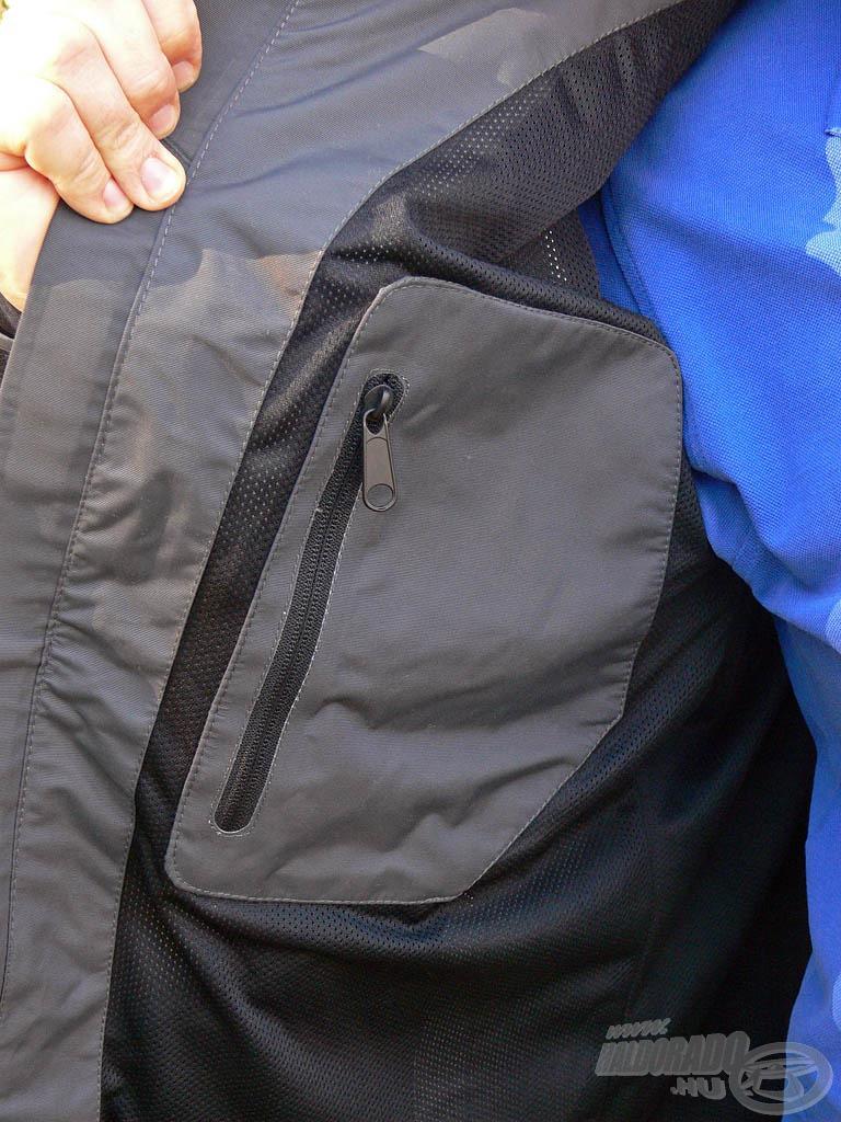 A jobb oldalon kialakítottak egy praktikus belső zsebet is, amiben garantáltan biztonságosan tárolhatjuk apróbb értékeinket