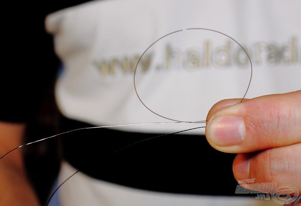 Az alkalmazott kötés lényege, hogy mindkét zsinóron készítsünk egy-egy csomót, amik egymást tartják majd. Először a monofil zsinórt kötöm fel a fonottra. Első lépésben egy hurkot kell készíteni a monofil zsinórral a fonott mellett…