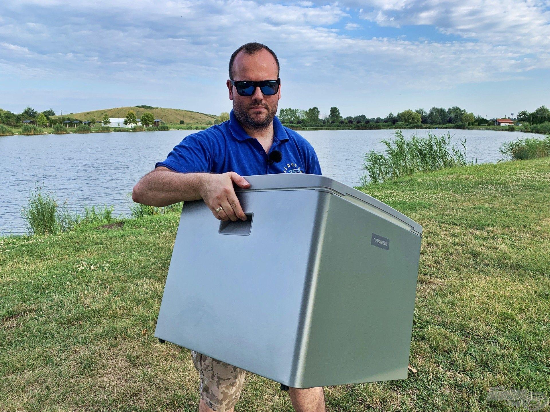 A hűtőbox önsúlya 11 kg, de telipakolva akár 45 kg is lehet