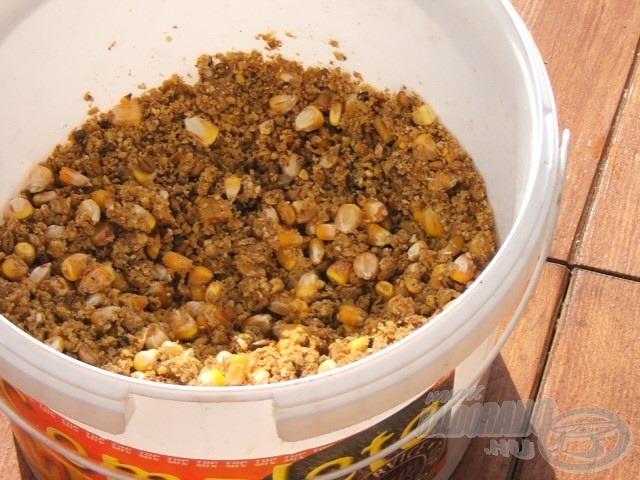 A vödörben az etető, tejsavas kukorica tourteau-val ragasztva