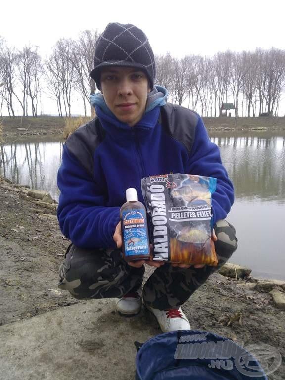 Az év első horgászatán használt csalogatóanyagok. A Pelletes Feketét lerostáltam, ezáltal egy finom szemcseméretű etetőanyagot kaptam, a horogra pedig csontkukac került