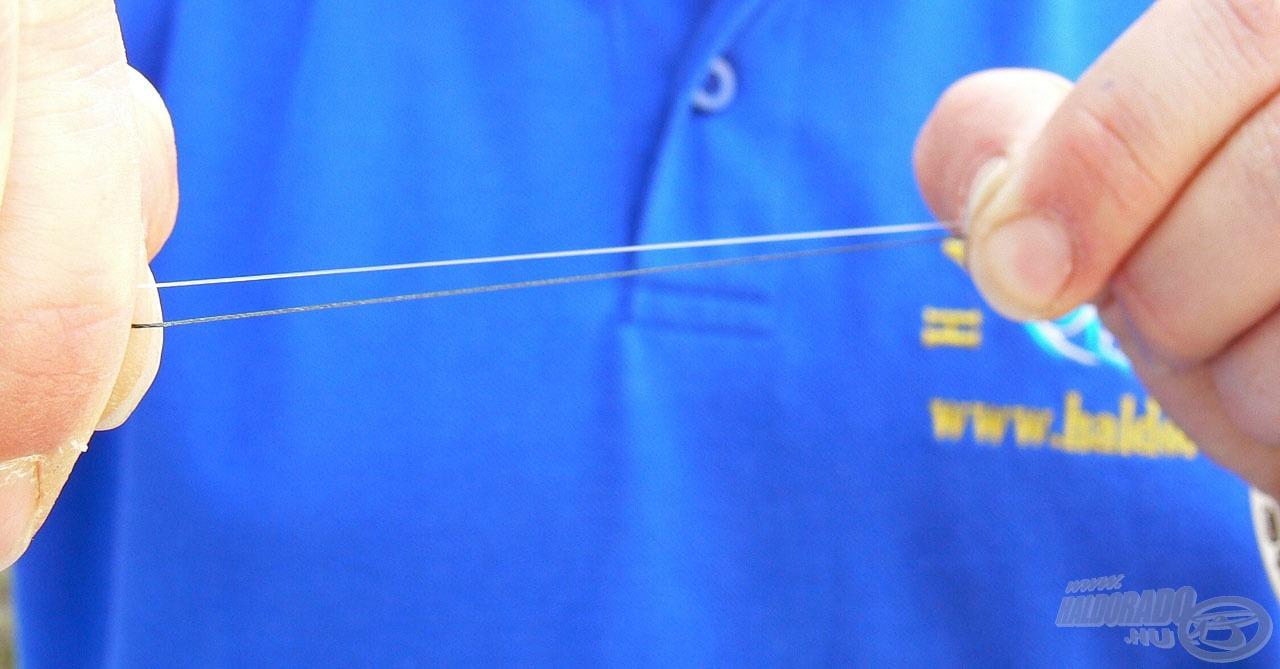 A monofil szálat fogjuk a fonott zsinór mellé úgy, hogy kb. 10-12 centi legyen fedésben egymással
